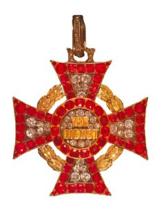Figure 5: Type III Jeweled Military Merit Cross, third class with war decoration. Image attributed to Kituntetesek, Agnes Makai & Vera Heri, Kiado Zrinyi