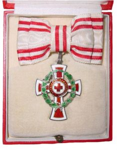 Figure 10: Red Cross Decoration with war decoration, second class case interior, as awarded to women. Image from author's archive